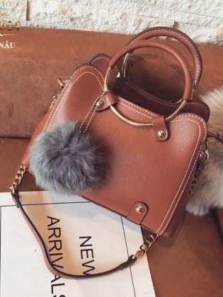 Túi xách đeo cao cấp kèm quả bông xinh xắn TU1624 (Màu nâu)