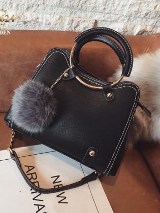 Túi xách đeo cao cấp kèm quả bông xinh xắn TU1624 (Màu đen)
