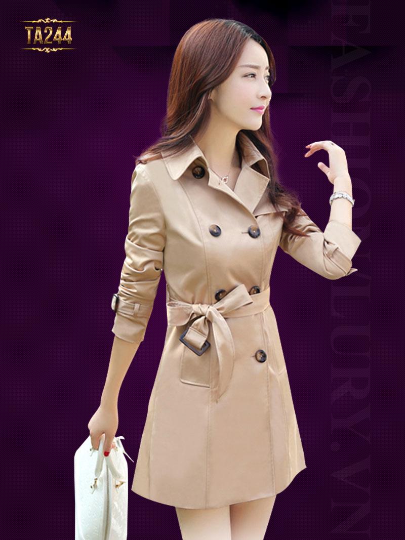 Áo măng tô là món đồ mà cô gái nào cũng phải có. Mã sản phẩm TA244. Giá: 1,225,000 VND
