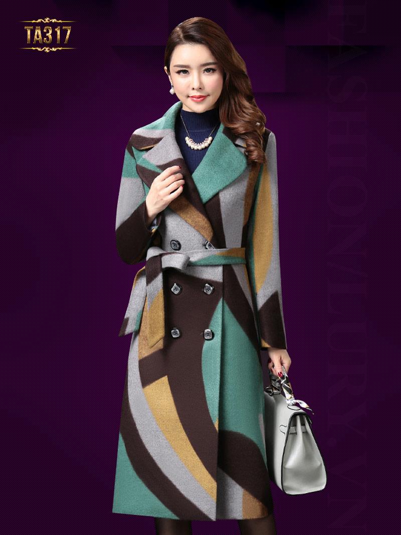 Áo khoác dạ dài họa tiết với cách phối màu độc đáo