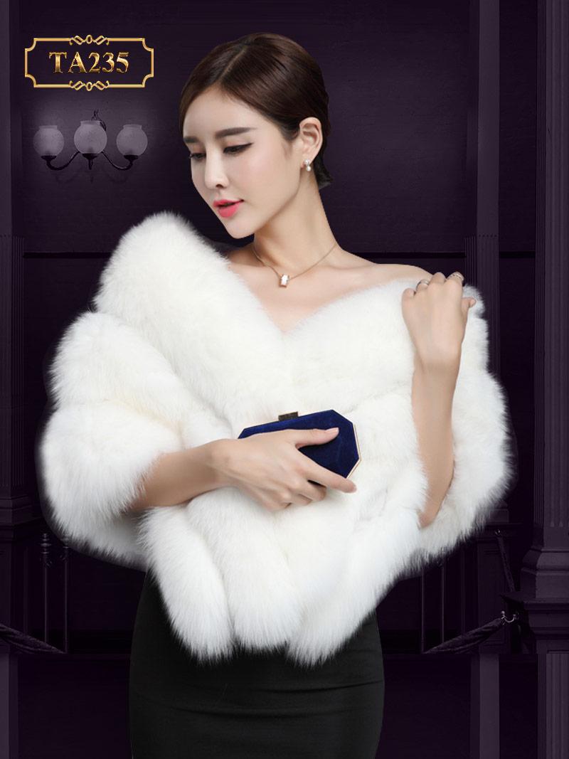Mê mẩn với chiếc áo lông chồn màu trắng lộng lẫy