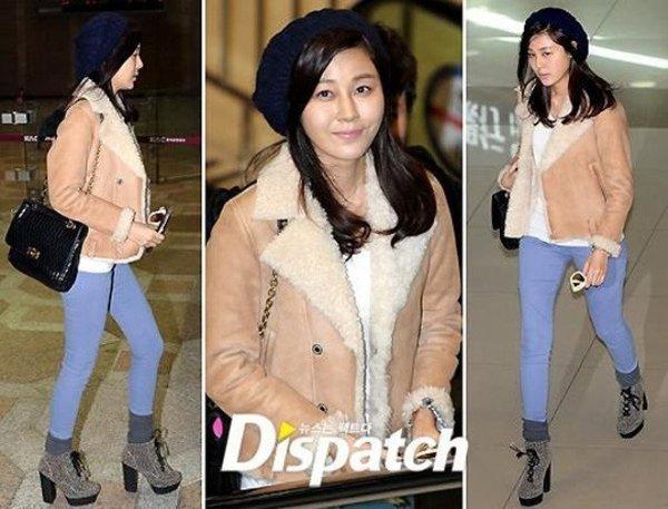 Đơn giản, trẻ trung làm thon gọn đôi chân từ áo dạ ngắn phối cũng quần jean và boots cao của sao Hàn Kim Ha Neul