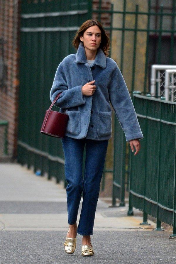 Alexa Chung với thân hình cò hương nhưng rất trung thành với phong cách áo khoác dạ lông cừu ngắn mix cùng quần bò đơn giản.