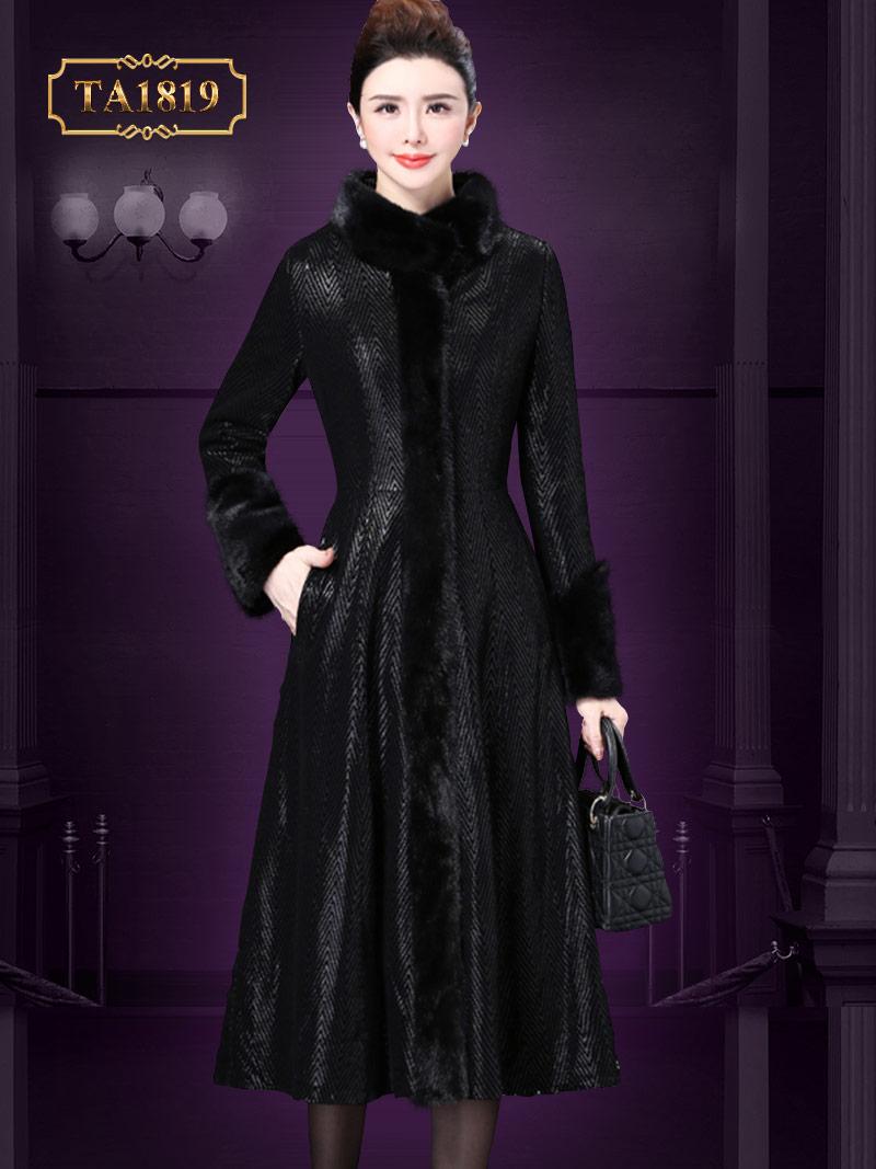 Áo khoác họa tiết cổ lông khóa kéo dọc thân màu đen quý phái TA1819