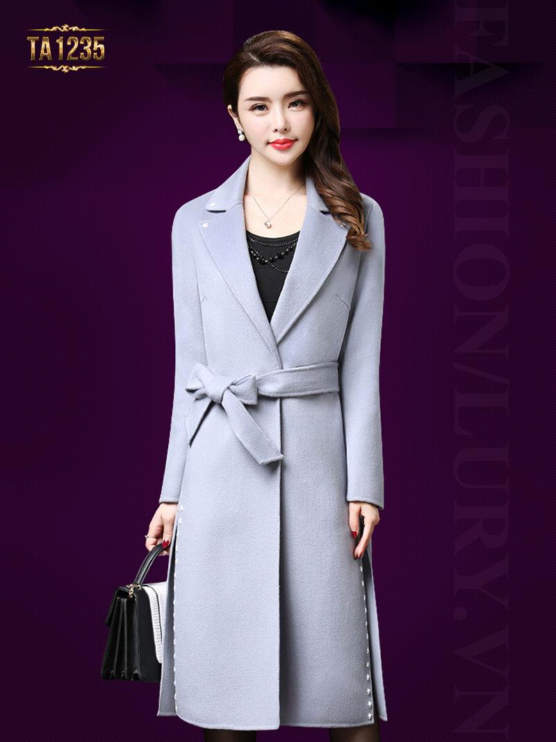 những chiếc áo khoác dạ nữ dáng dài hàn quốc trở nên lôi cuốn, mang vẻ đẹp mê hoặc khó chối từ.