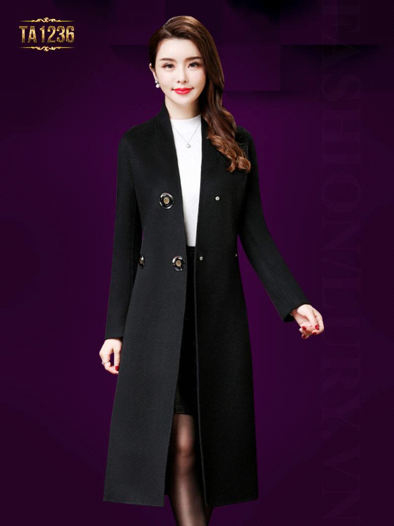 Mẫu áo dáng dài triển khai trên gam màu đen sang trọng, huyền bí TA1236