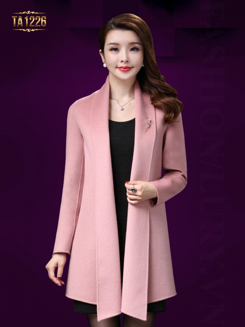 Mẫu áo khoác dạ trơn gam màu hồng nữ tính có chút gì đó dịu dàng TA1226
