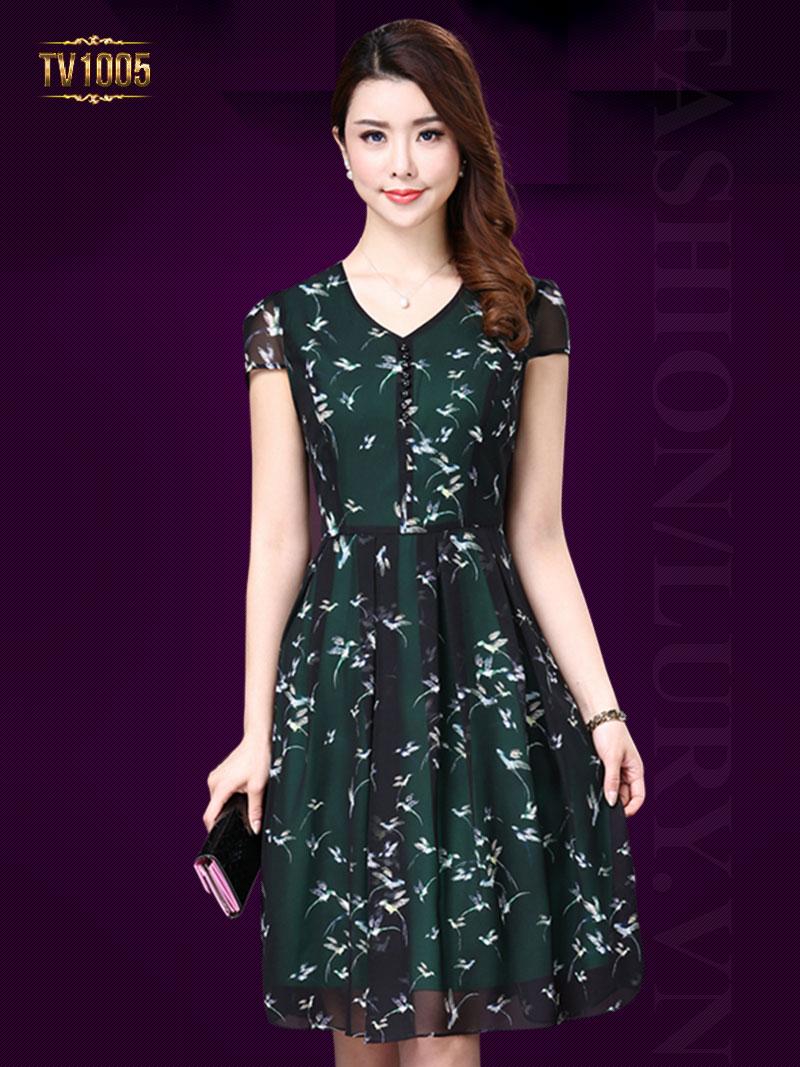 Chiếc đầm hoa dáng xòe với kiểu cổ tròn đơn giản nhưng thanh lịch thích hợp với tuổi trung niên