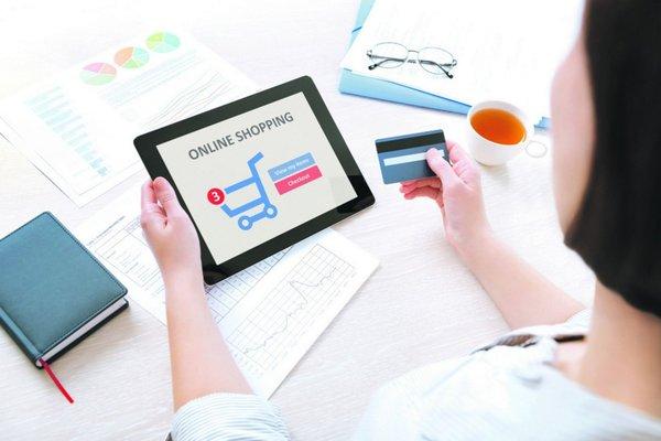 Mua hàng online là cách để nhiều khách hàng tiết kiệm chi phí khi mua áo lông thú