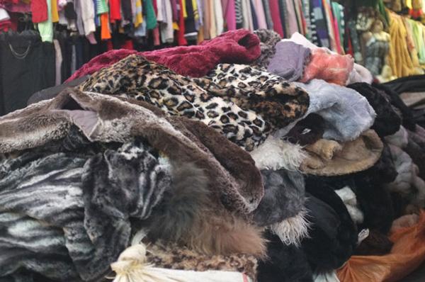 Áo lông thú rẻ tiền, chất liệu kém ở các chợ đầu mối
