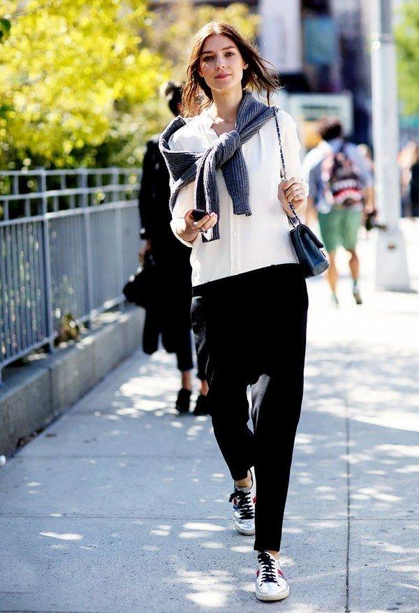 Giày thể thao cho vẻ đẹp năng động và trẻ trung hơn với quý cô tuổi 40